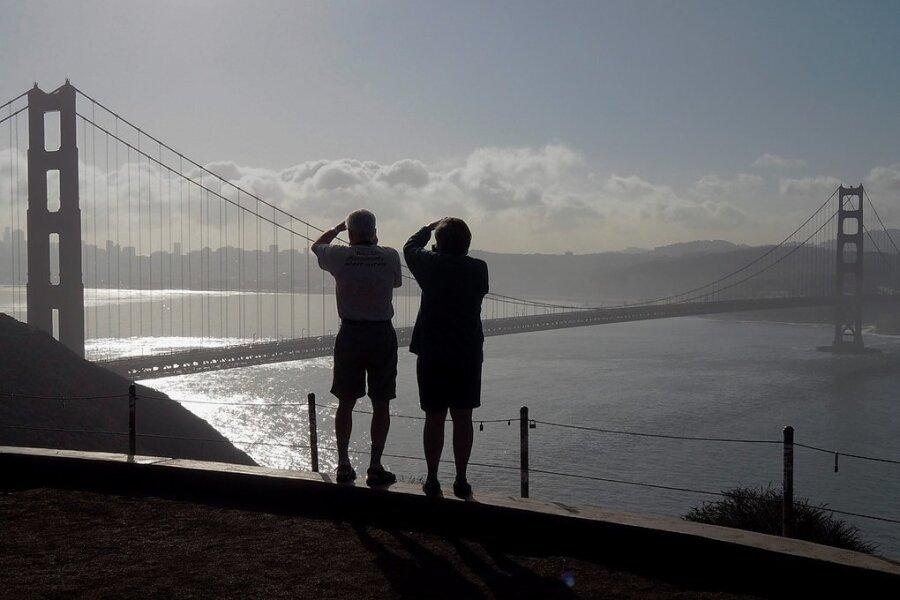 San Francisco ist mit der Golden Gate Bridge im Norden, dem Pazifik im Westen und der berühmten San-Francisco-Bay im Osten eine berauschend schöne Stadt. Die Metropole übt eine magische Anziehungskraft aus: Von Apple über Facebook, Google und Twitter bis zu Uber haben alle großen Tech-Firmen in der Region ihre Hauptquartiere. Die Mitarbeiter erhalten oft Spitzengehälter - und treiben so die Immobilien- und Mietpreise in die Höhe.