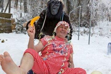 Faschingsfieber: Jens Flämig vom Faschingsclub Ro-We-He lässt sich von Dieter Scholz im Affenkostüm anschieben.