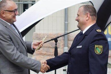 Ruheständler Conny Stiehl (links) übergibt seinem Nachfolger René Demmler symbolischen einen goldenen Schlüssel.