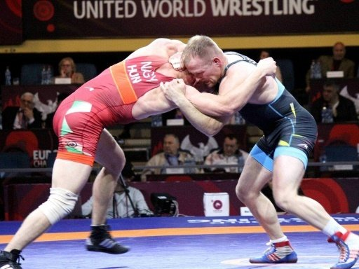 Martin Obst (r.) besiegt Mihaly Nagy und steht im Finale