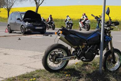 Am Sonntagnachmittag sind ein Skoda und ein Krad auf der B 173 am Abzweig Schönerstadt zusammengeprallt. Ein Motorradfahrer wurde dabei schwer verletzt.