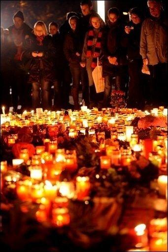 Fußball-Bundesligist Hannover 96 wird sich am kommenden Sonntag in der heimischen AWD-Arena gemeinsam mit seinen Fans vom verstorbenen Torhüter Robert Enke verabscheiden. Bereits am Mittowochabend nahmen etwa 35.000 Menschen an einem Trauerzug teil.