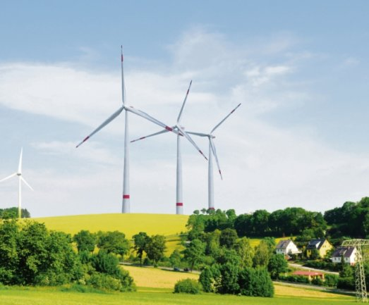 Die Visualisierung zeigt einen Vergleich der 99 Meter hohen bereits existierenden Windkraftanlage (links) und der geplanten bis zu 241 Meter hohen Anlagen. Zum Vergleich: Der Dresdner Fernsehturm wird mit einer Höhe von 252Metern angegeben.
