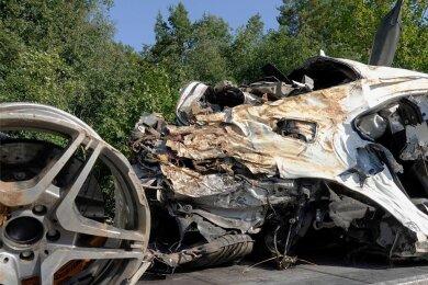 Kaum noch erkennbar war der Mercedes nach dem tödlichen Verkehrsunfall am frühen Sonntagmorgen auf der Autobahn 4 zwischen Siebenlehn und Berbersdorf. Jetzt laufen die Ermittlungen wegen fahrlässiger Tötung in Verbindung mit einem Verkehrsunfall.