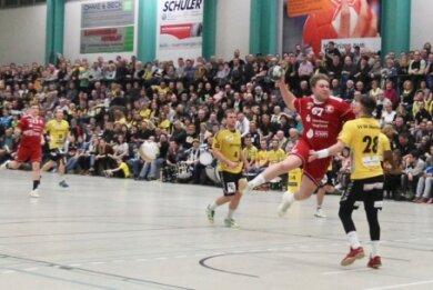 Für den ganz großen Handballsport ist die in die Jahre gekommene Helbig-Halle nur noch bedingt geeignet. Für Plauener Oberliga-Derbys wie im Foto mussten bereits Zusatztribünen (links) aufgestellt werden, um dem Fanzuspruch gerecht zu werden. Für die 3. Liga erhält Oberlosa für seine bisherige Heimspielstätte auch nur eine Ausnahmegenehmigung. Sehnsüchtig wird daher der Baustart der neuen Halle neben dem Lessinggymnasium erwartet.