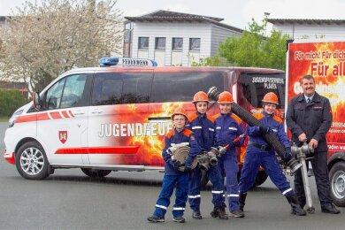 Stadtjugendfeuerwehrwart André Linko freut sich mit Kevin, Natalie, Christoph und Moritz über die neue Technik.