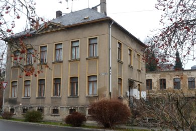 Das Vorderhaus der Schulstraße 28 könnte künftig als Katzenstation des Tierschutzvereins genutzt werden. Das Hinterhaus ist laut Gutachten nicht mehr zu retten, der Abbruch wird empfohlen.