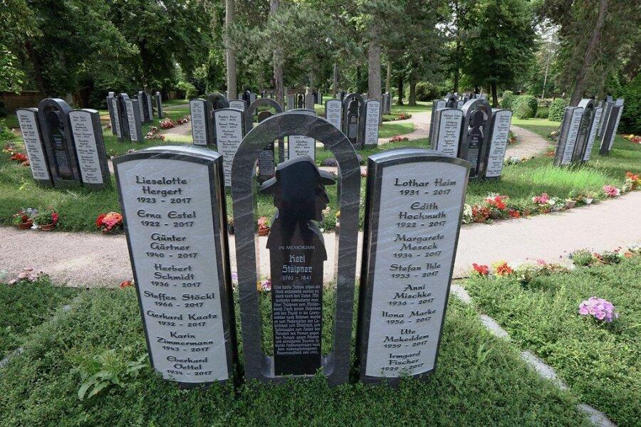 """Die dritte Generation (ab 2011) heißt """"Lebenswege"""" und besteht aus 48 altarförmigen Anlagen mit je 32 Namen."""