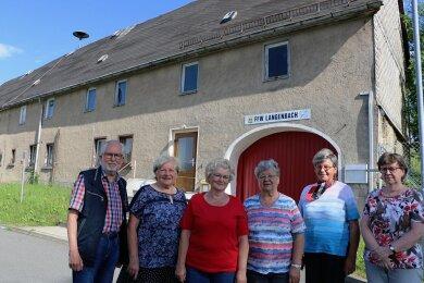Vor dem Haus auf der Langenbacher Winterseite 27, das zuletzt das Domizil der örtlichen Feuerwehr war: Hartmut Philipp, Anita Dölz, Eva-Maria Grünert, Ingrid Prager, Maria Hager und Ines Göring (von links). Sie sind Mitglied der Arbeitsgruppe, die die Häuserchronik erstellt.