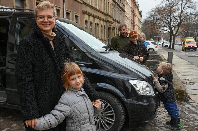 Mit dem neuen Auto können Sophie Gerber, Fritzi, Vater Martin Gerber, Julian, Emil und Bruno (v. l.) den Alltag leichter bewältigen.
