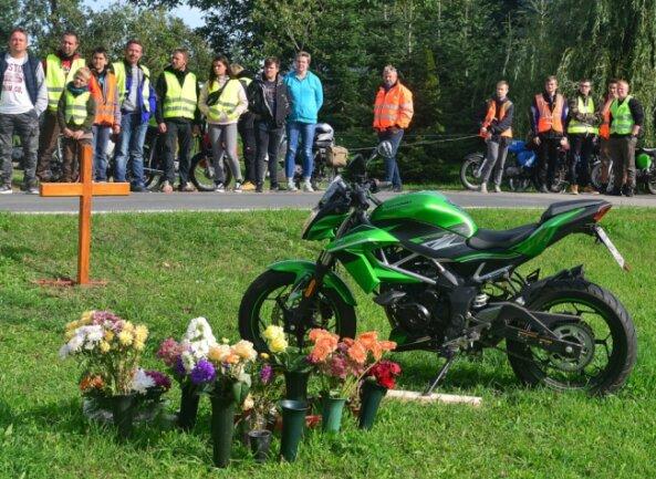 Im September vorigen Jahres nahmen Dutzende Menschen Abschied von einem 16-jährigen Jungen, der kurz zuvor bei einem Verkehrsunfall mit seinem Moped tödlich verunglückte.