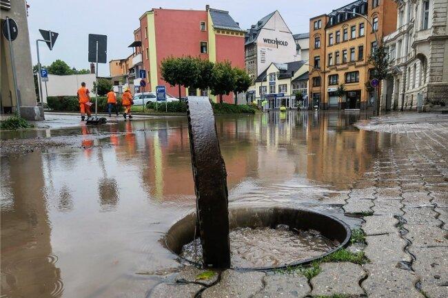 Nach Starkregen bildete sich am Montag auf der Bahnhofstraße in Aue ein See. Das Wasser stand bis zu einem halben Meter hoch.