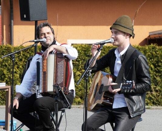 """Die Musiker Thomas """"Rups"""" Unger und Toni Kraus, bekannt durch  """"De Randfichten"""", sorgten vor dem Azurit-Seniorenzentrum """"Alte Zwirnerei"""" für eine ausgelassene Stimmung."""