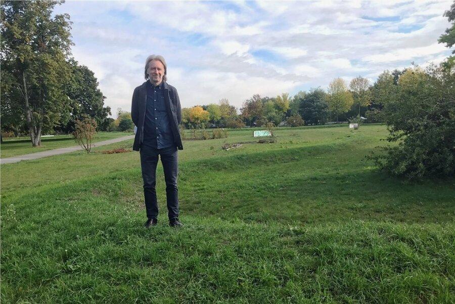 Wohnblock, Kita, Schule, Jugendklub- alles weg: Kulturfabrik-Chef Uwe Proksch am Ort seiner Kindheitstage im WK V.
