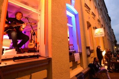 """Fensterkonzert am Samstagabend am Lesecafé """"Kaffeesatz"""" an der Zietenstraße."""