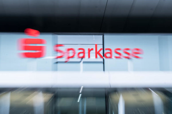 Der Streit um die Zinsen bei alten Prämiensparverträgen der Sparkasse Zwickau geht weiter.