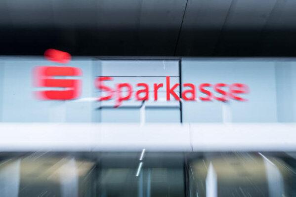 Der Streit zwischen der Verbraucherzentrale und der Sparkasse Zwickau um die Prämiensparverträge mit flexibler Verzinsung geht weiter.