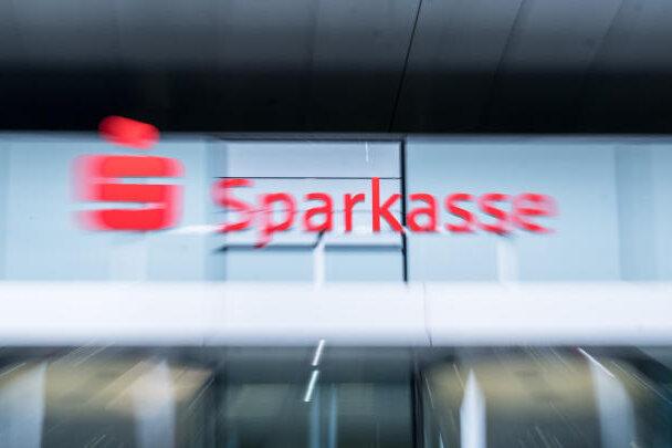 Sparkassenfiliale in Leipzig mit Pflastersteinen beworfen