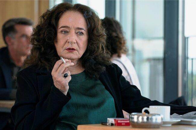 """Rau und rauchig: Staatsanwältin Wilhelmine Klemm (Mechthild Großmann) setzt dem """"Tatort"""" einige Glanzlichter auf."""