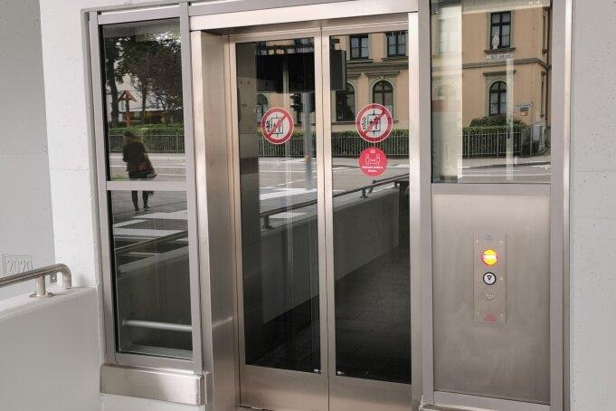 Gesperrter Zugang zum Fahrstuhl am gerade erst freigegebenen Fußgängertunnel am Hauptbahnhof. Seit Freitag ist die Anlage defekt.