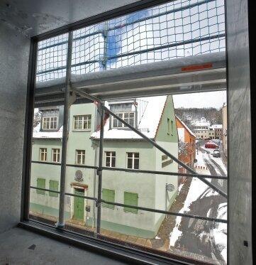 Das große Fenster zur Straßenseite bringt Licht ins Treppenhaus.