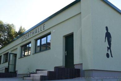 Auch außen erstrahlt das Gebäude wieder fast wie neu. Rund 868.000 Euro hat die Sanierung der Erlbacher Sporthalle gekostet.
