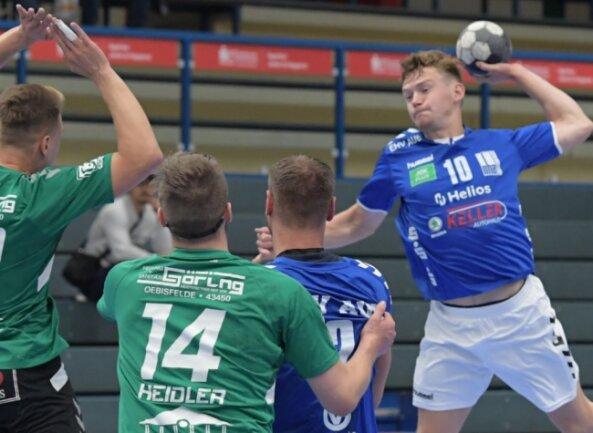 Der Auer Vojta Kozubik - er traf insgesamt sieben Mal - setzt zum Wurf an und durfte mit dem Juniorteam des EHV jubeln. Zum Saisonauftakt feierte der Oberligist einen 29:22-Sieg gegen den SV Oebisfelde.