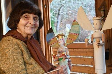 Die Künstlerin, eine geborene Schäfer, bemalte auch dieses Jahr ihre Engel.