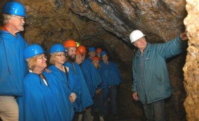"""<p class=""""artikelinhalt"""">Norbert Lötzsch (rechts im Bild) ist einer der Touristen-Führer, die Interessierten im Besucherbergwerk """"Im Gößner"""" die Geschichte des Bergbaus nahe bringen. </p>"""