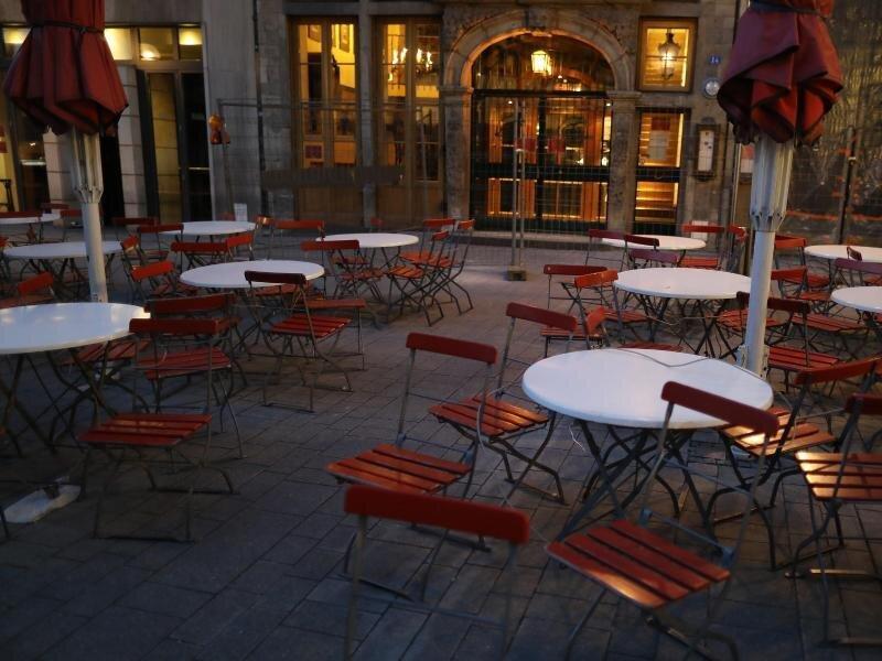 Leere Tische und Stühle vor einem Brauhaus in Köln.