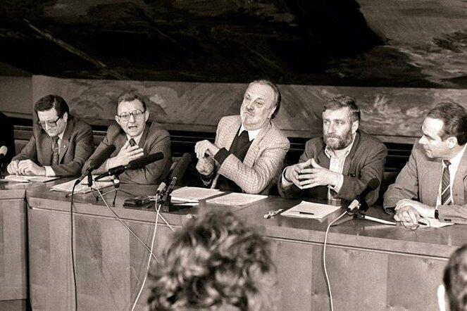 """Die """"Leipziger Sechs"""" 1989 im Foyer des Gewandhauses in Leipzig. Von links: Bernd-Lutz Lange, Jochen Pommert, Roland Wötzel, Kurt Masur, Peter F. Zimmermann und Kurt Meyer."""