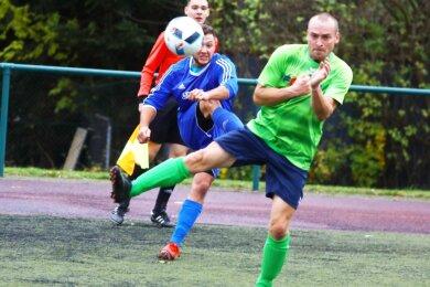 Nur selten haben die Crottendorfer Fußballer um Benjamin Walde (l.) die Raschauer Defensive um André Eberlein vor Probleme stellen können. Die Gäste siegten mit 3:0 und feierten ihren dritten Saisonsieg.