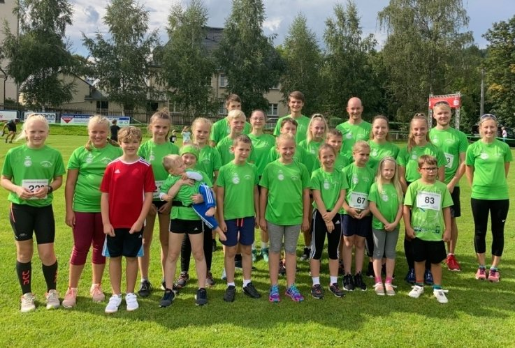 Für die Skisportler des SV Großwaltersdorf gehört der Bergcrosslauf zum festen Programm der Sommervorbereitung. Ihre Trainerin Isabel Jakob (r.) gewann über die 5-Kilometer-Strecke.