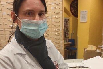 In der Mittweidaer Ratsapotheke zeigt Mitarbeiterin Stefanie Pönitz Ampullen einer Impfstofflieferung, die an Hausärzte verteilt wird.