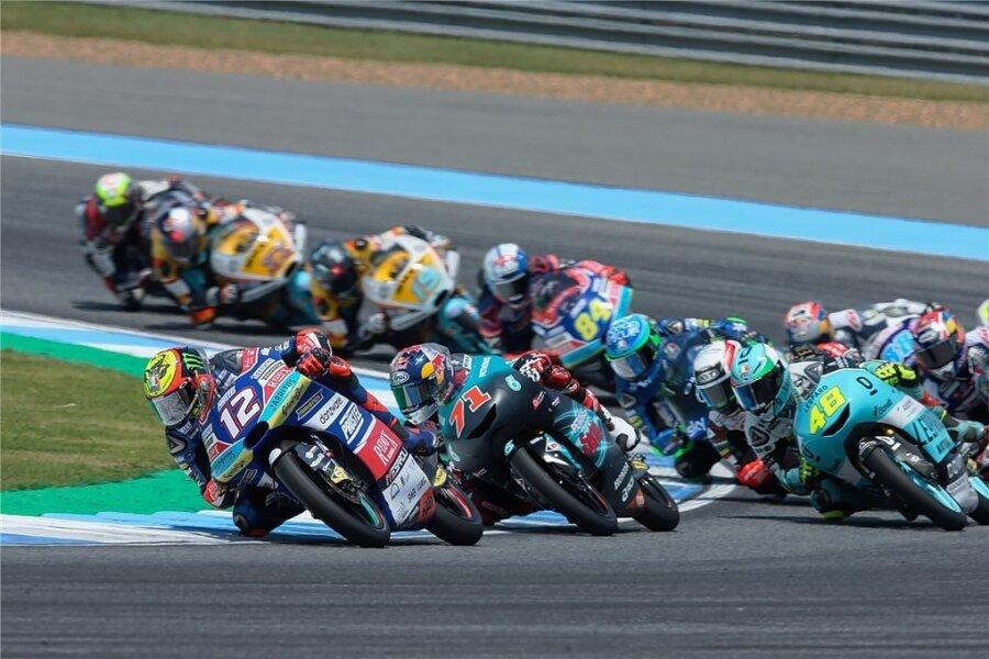 Marco Bezzecchi (links vorn) führte das Rennen in der Moto3-Klasse zeitweise an, konnte aber im Kampf um den WM-Titel am Ende keine Punkte mitnehmen.