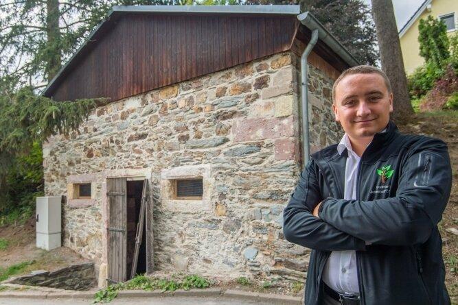 Alexander Krauß vom Jahnsdorfer Rathaus steht vor dem sanierten Bergkeller.