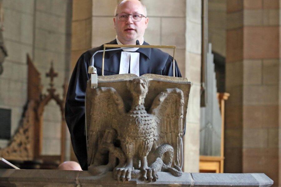 Pfarrer Andreas Marosi hielt am Ostermontag im Zwickauer Dom Sankt Marien einen Gottesdienst ab. Coronabedingt waren viele Plätze nicht besetzt. Dennoch war der Gottesdienst gut besucht.