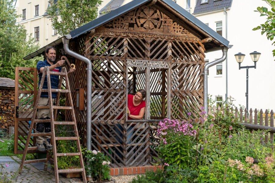 Sandra Finsterbusch und Jens Wirth werkeln an der Gartenlaube neben ihren Krötenbachhäusern.