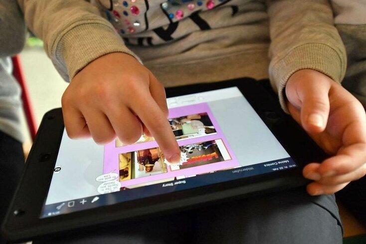 Bedürftige Schüler sollen für die Dauer des eingeschränkten Präsenzunterrichts Endgeräte wie zum beispielein Tablett geliehen bekommen.