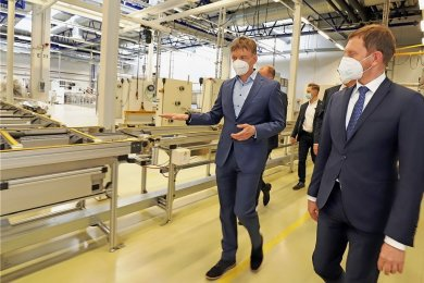 Gunter Erfurt, CEO bei Meyer Burger (links), führt Sachsens Ministerpräsidenten Michael Kretschmer (CDU) durch die Fertigungshalle in Freiberg.