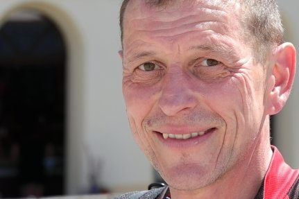 """Lieber ein Eis in der Hand als eines unter dem Reifen hat Holger Tuttaß. Der Stollberger hatte zuvor 45 Kilometer mit dem Rad absolviert. """"Man merkt, dass die Leute sehr sonnenhungrig sind"""", so der 53-Jährige. klin"""