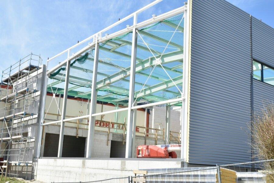 Der Anbau einer Sport- und Vereinshalle in Schöneck nimmt Formen an. Da der Bau anstelle eines Parkplatzesentsteht, zieht er ein Stellflächenproblem nach sich, das immer wieder für Diskussion sorgt.