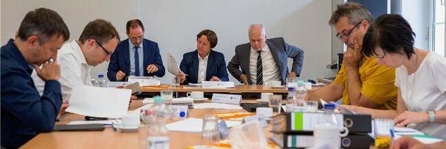 Die Mitglieder des sächsischen Landeswahlausschusses bei einer Sitzung Anfang Juli 2019 in Kamenz. Ihre damalige Entscheidung, die Liste der AfD für die Landtagswahl wegen Verfahrensmängeln zu kürzen, prüft inzwischen ein Untersuchungsausschuss des Landtages.