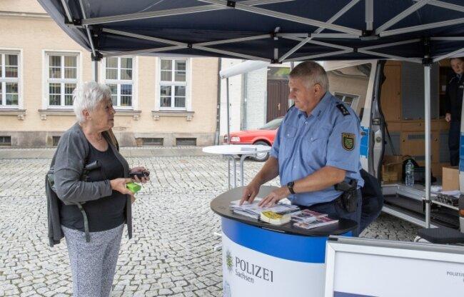 Am 3. August war das Präventionsmobil in Ehrenfriedersdorf. Fachberater Frank Arnold gab unter anderem Tipps zu einbruchssicheren Schlüsselzylindern.