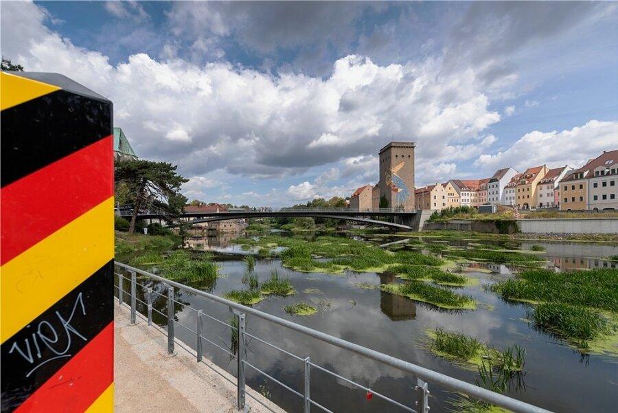 Die Altstadtbrücke verbindet Görlitz mit der polnischen Nachbarstadt Zgorzelec. Als sie 2003 errichtet wurde, machten sich auch Ängste unter den Görlitzern breit. Doch die Stadt profitiert auch von ihrer Lage an der Grenze.
