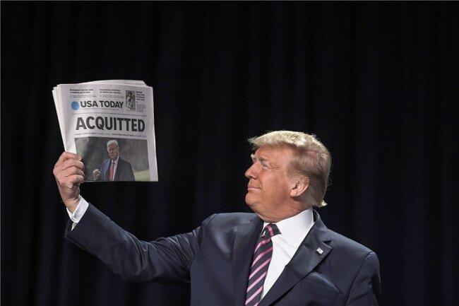 """Freispruch: Triumphierend hielt der damalige US-Präsident die """"USA Today"""" vom 6. Februar 2020 in die Kamera. Am Samstag überstand Donald Trump ein zweites Amtsenthebungsverfahren."""
