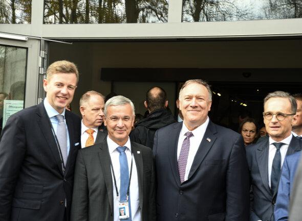 Gemeinsam in Mödlareuth (von links): Oliver Bär, Landrat des Landkreises Hof, Rolf Keil (CDU), Landrat des Vogtlandkreises, US-Außenminister Mike Pompeo und Amtskollege Heiko Maas.