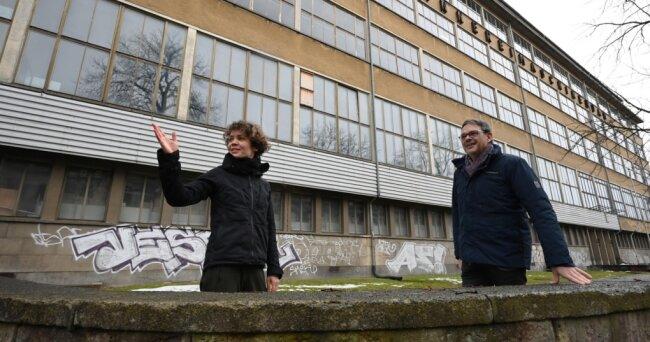 Weil das Schauspielhaus saniert werden muss, suchen die Theater Chemnitz eine zumindest vorübergehende Ausweichspielstätte. Gundula Hoffmann vom Figurentheater und Christoph Dittrich, Generalintendant der Theater, hoffen, diese im früheren Spinnereimaschinenbau gefunden zu haben.
