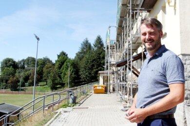 Thomas Kunzmann im Bernsbacher Stadion, wo derzeit das Sportlerheim saniert wird. Gute Bedingungen für die Vereine sind ihm wichtig.