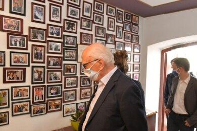 Vom Hotel Regenbogenhaus führte die Erkundungstour von Vertretern aus Stadtrat und Stadtgesellschaft über das Alekto, den Freyhof, das Hotel Blaue Blume, zum Altstadt-Hotel und Hotel Maucksches Gut zum Hotel Kreller (im Bild die Fotowand von Stargästen des Hauses).